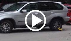 Kvinde kører væk med hjullås