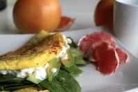 Omelet med spinat og avocado