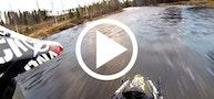 Snescooter kører på flod