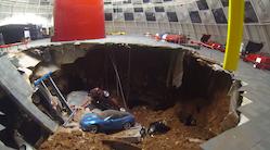 8 klassiske Corvetter opslugt af hul
