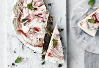 Cheesecake med hyldeblomst, rabarber og hvid chokolade