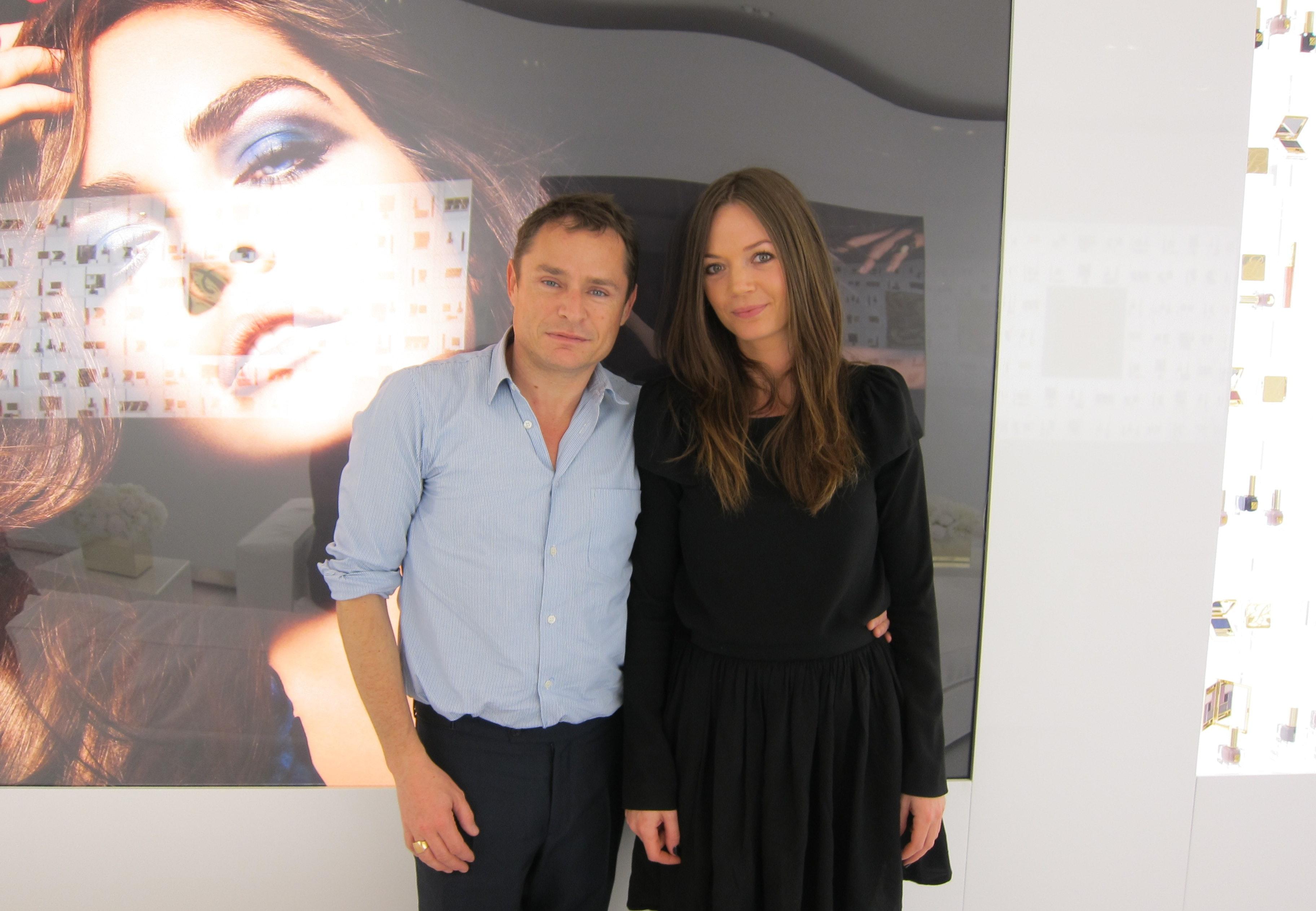 Her står jeg med Tom Peacheux efter en lang snak om makeup-tips, Estée Lauders fremtid og efterårets skønhedstendenser. Jeg husker tydeligt, hvordan jeg, da jeg startede som makeup-artist i 2003, slugte alt hans arbejde r&arin...