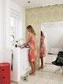 1. SPEJL TIL HELE FIGUREN Et stort spejl er et klassisk trick til at skabe en større rumfornemmelse. I badeværelset har det også den praktiske funktion, at du kan tjekke pasformen på dit nye tøj, uden du behøver at løbe ud til det store garderobespejl i entréen. (bolig magasinet nr. 86)