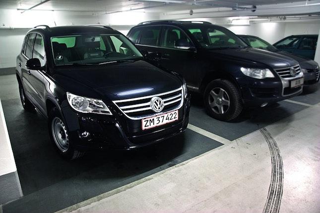 I forhold til Touareg er Tiguan en minibil. Men kun på komforten vinder den store